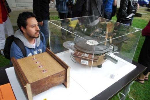 Turntable Machine - Frederick Brummer, 2010. Photo: Femke Van Delft